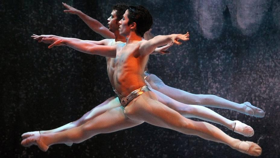 """Membros do grupo de Ballet do Teatro Municipal de Santiago, no Chile, durante apresentação da obra """"Quebra-Nozes"""", de Tchaikovsky"""