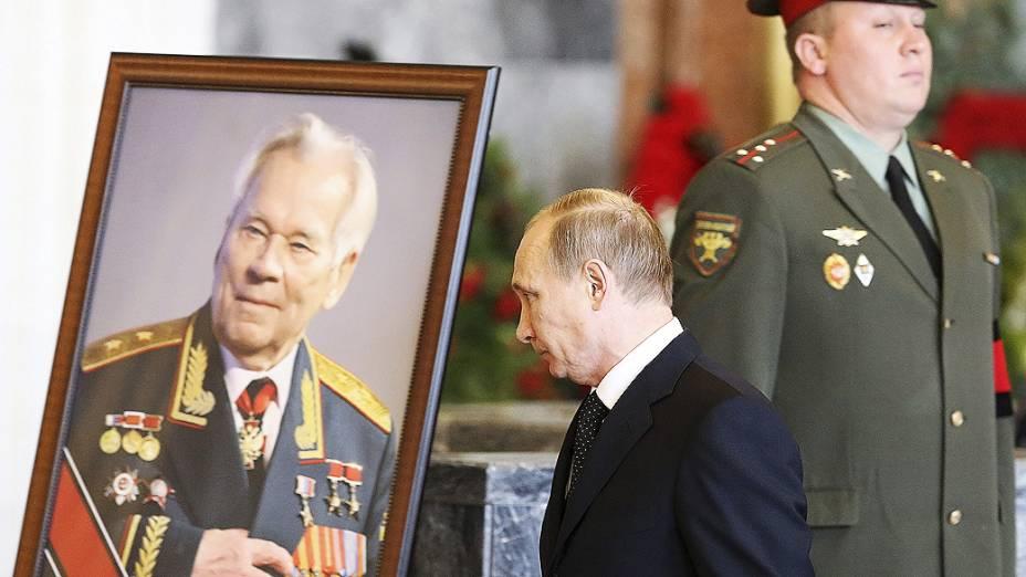 O presidente russo, Vladimir Putin, compareceu ao funeral do inventor do fuzil Ak-47, Mikhail Kalashnikov, em Moscou