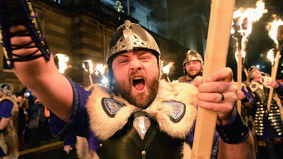 Homens vestidos de Viking participaram de uma procissão com velas e tochas, em Edimburgo no início das celebrações tradicionais de Ano Novo na Escócia