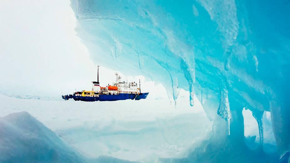 Uma tempestade de nevesuspendeu a tentativa de um quebra-gelo australiano desencalhar o navio russo MV Akademik Shokalskiy preso no gelo na Antártida