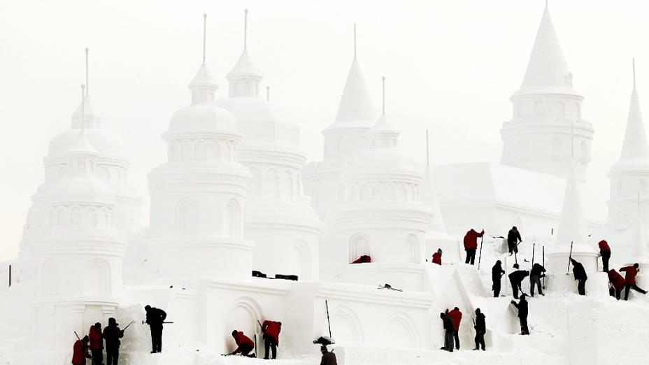 Artesãos fazem um castelo de neve em um parque de Changchun, na província de Jilin, China