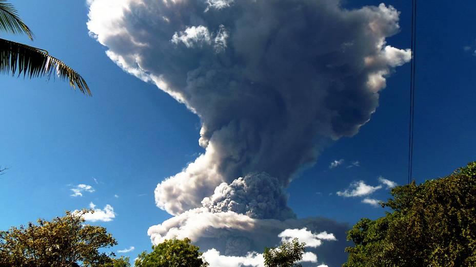 Imagem mostra vulcão Chaparrastique expelindo cinzas e fumaça em San Miguel. O Sistema de Defesa Civil Nacional declarou alerta amarelo ao redor do vulcão, em El Salvador
