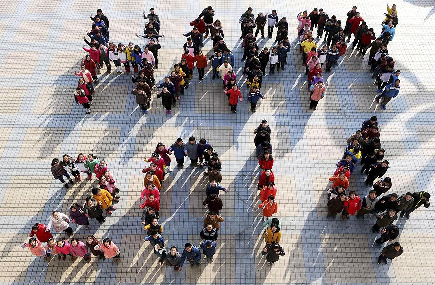 Alunos formam Feliz 2014 em uma escola secundária em Maanshan, província de Anhui, na China