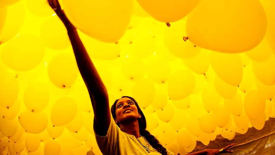 A Associação Comercial de São Paulo (ACSP) enfeitou o céu da cidade com 50 mil balões biodegradáveis na última segunda-feira do ano (30), para comemorar o réveillon 2014. Os balões foram soltos às 12h30, no Pátio do Colégio, no centro de São Paulo