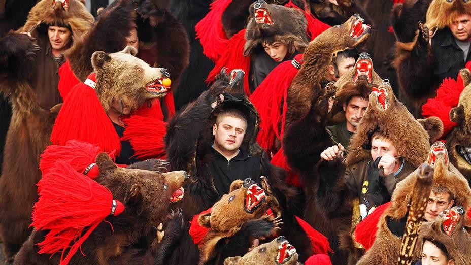 """Cristãos fazem a dança do """"urso"""", um ritual tradicional para desejar boa sorte no Ano Novo em Comanesti, na Romênia"""