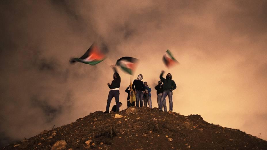 Manifestantes ergueram bandeiras enquanto aguardavam a libertação de prisioneiros em Jerusalém. Israel libertou 26 prisioneiros palestinos em negociações de paz mediadas pelo secretário de Estado dos Estados Unidos John Kerry, em Israel