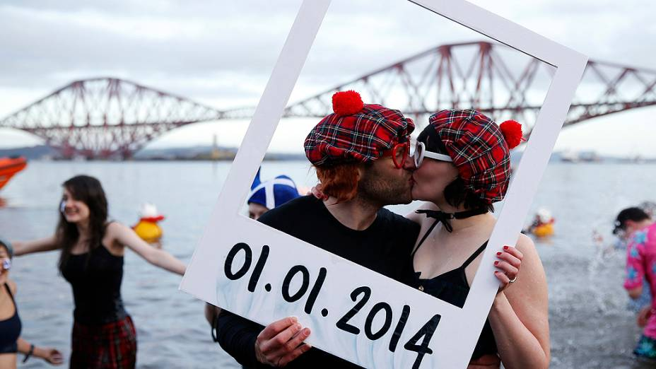 Nadadores participaram de um evento no dia de Ano Novo em South Queensferry, na Escócia