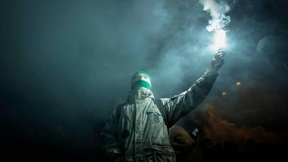 Ativista com um sinalizador durante uma reunião que marcou o aniversário de 105 anos do nascimento de Stepan Bandera, um dos fundadores da Organização dos Nacionalistas Ucranianos (OUN), em Kiev, na Ucrânia