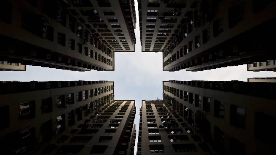 Blocos de apartamentos formam um padrão simétrico em Hong Kong