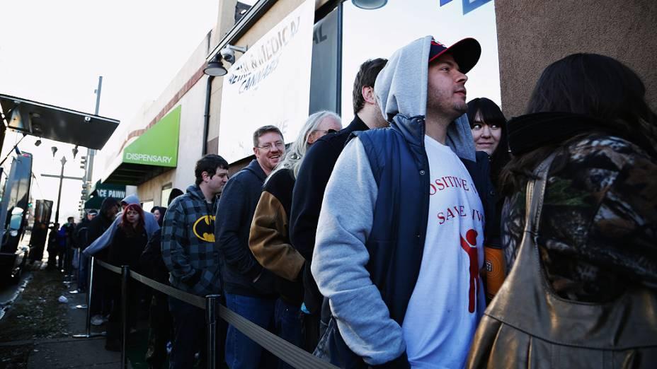 Dezenas de pessoas formaram fila para comprar maconha em  no Colorado após aprovação para a venda legal da droga para uso recreativo. Na imagem, uma fila na cidade de Edgewater