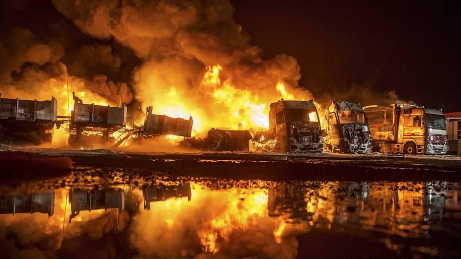 Uma frota de caminhões ficou destruída em um incêndio nas instalações de uma empresa em Huenfeld, na Alemanha