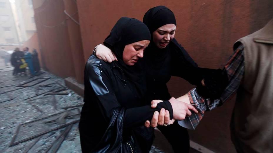 Moradores fugiram do local da explosão de um carro-bomba no subúrbio de Beirute, no Líbano. Uma brasileira de 17 anos morreu no atentado
