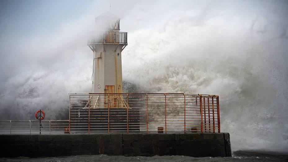 Ondas se chocaram contra o farol do porto de Ardrossan, na Inglaterra