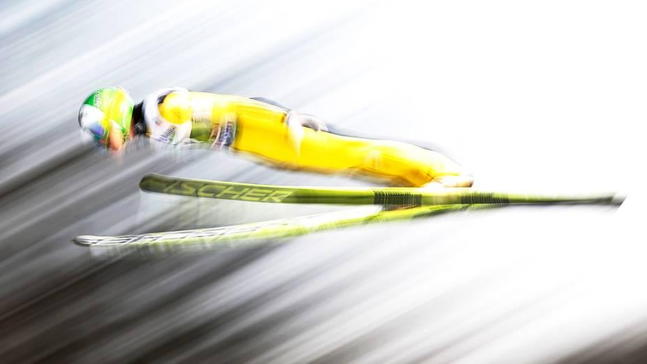 Jurij Tepes da Eslovênia durante competição de esqui em Innsbruck, na Áustria