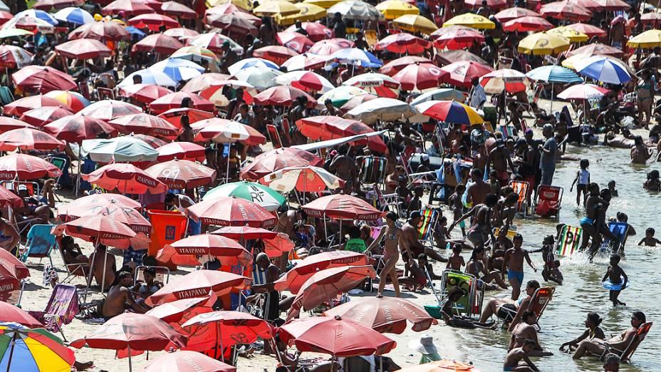 Milhares de pessoas no Piscinão de Ramos durante dia de forte calor, no Rio de Janeiro