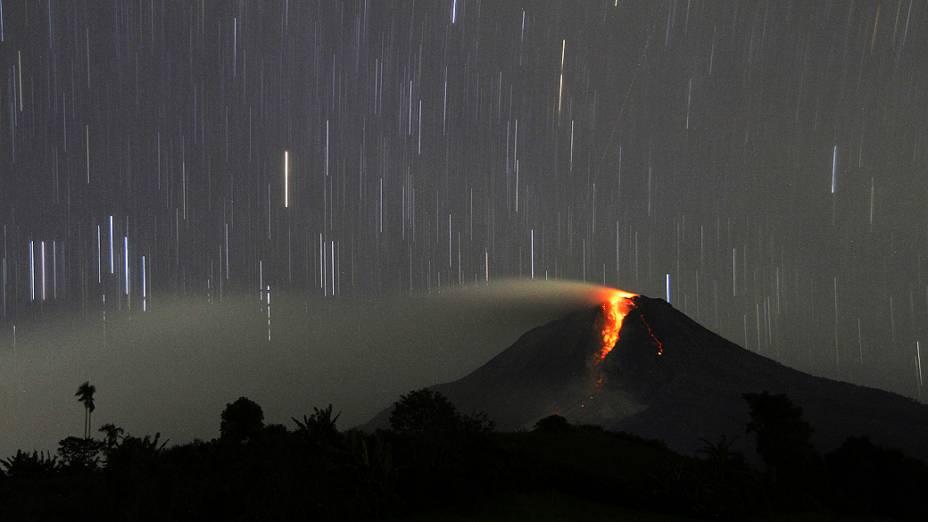 Imagem imagem mostra vulcão ativo Sinabung, em Karo, no norte da Sumatra. As autoridades evacuaram cerca de 20 mil moradores que vivem à 5 km do vulcão, na Indonésia