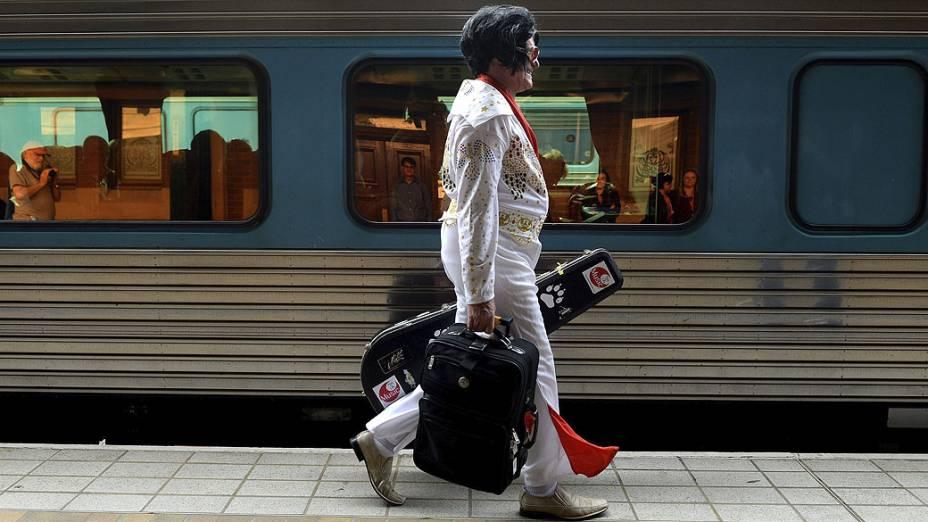Um fã de Elvis Presley caminha em estação de trem de Sydney, na Austrália, nesta quinta-feira (09), onde irá embarcar no trem Elvis Express, em direção ao Festival Parkes Elvis