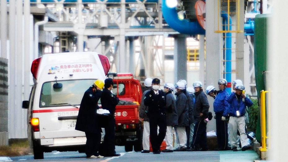 Policiais investigam uma explosão em indústria química em Yokkaichi, no Japão, que deixou cinco mortos e 12 feridos nesta quinta-feira (09)