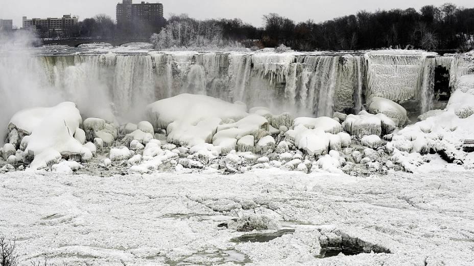 Trechos das Cataratas do Niágara ficaram congelados devido ao frio extremo, nesta quinta-feira (09), vistas da margem de Ontário, na fronteira com os EUA
