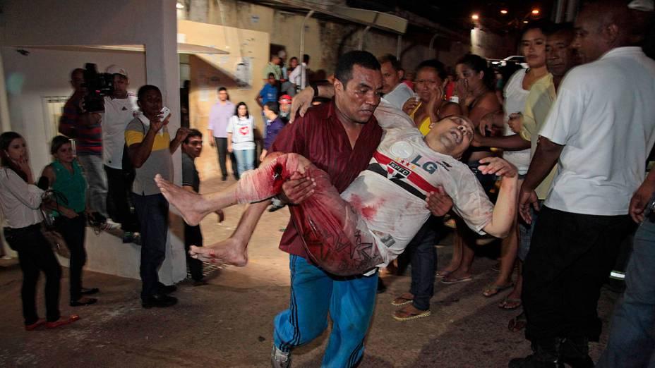 Preso é levado para receber atendimento médico depois de ter sido ferido durante uma briga entre gangues rivais dentro do Complexo Penitenciário de Pedrinhas, em São Luís do Maranhão