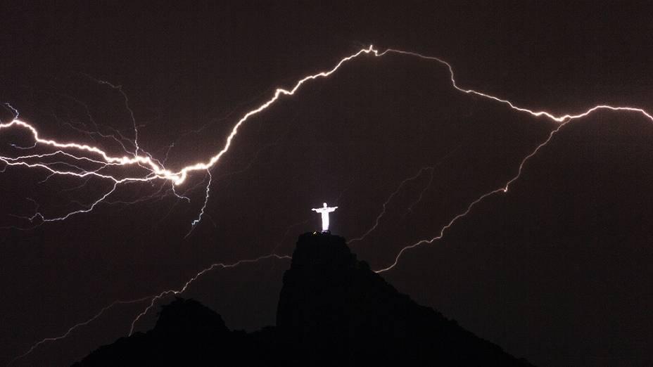 Relâmpagos vistos sobre o Cristo Redentor no alto do Corcovado, no Rio de Janeiro, na madrugada desta terça-feira (14)