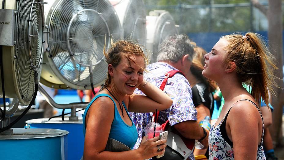 Jovens se refrescam durante o terceiro dia do Aberto de tênis da Austrália, em Melbourne