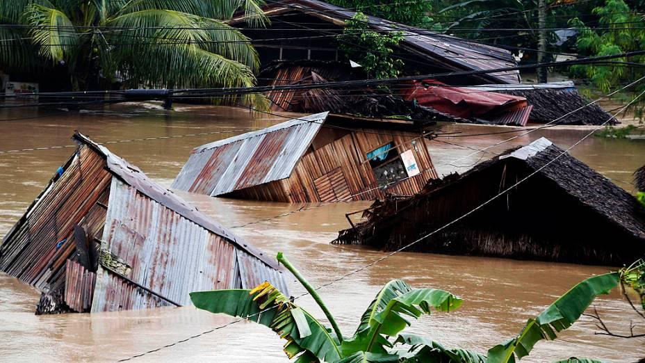 """Casas são arrastadas durante enchentes causadas pela tempestade tropical """"Agaton"""" na cidade de Butuan, na ilha Mindanao, sul das Filipinas"""