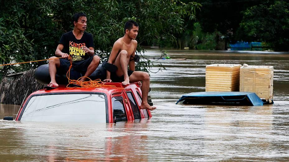 Homem é puxado por uma corda durante evacuação de área alagada em Butuan, na ilha filipina de Mindanao, após a forte tempestade batizada de Agaton. A tempestade deixou ao menos 40 mortos e 500 mil desabrigados