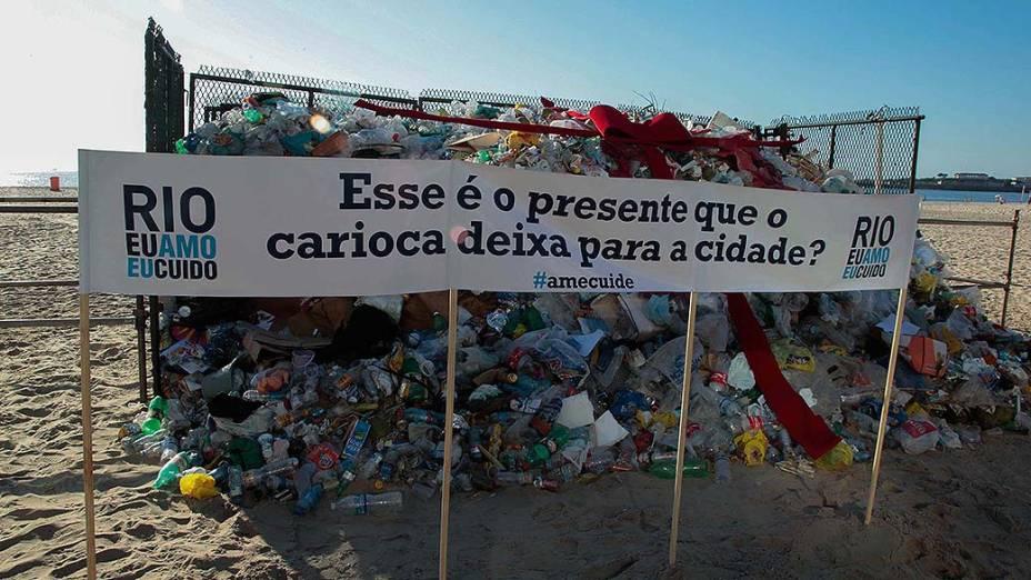 Ação da Comlurb mostra como fica a praia de Copacabana sem a realização do trabalho de limpeza. Os resíduos coletados durante a noite do dia 20 e madrugada de hoje ficaram expostos para mostrar quanto lixo é jogado de maneira incorreta, alertando o que aconteceria se os garis não limpassem