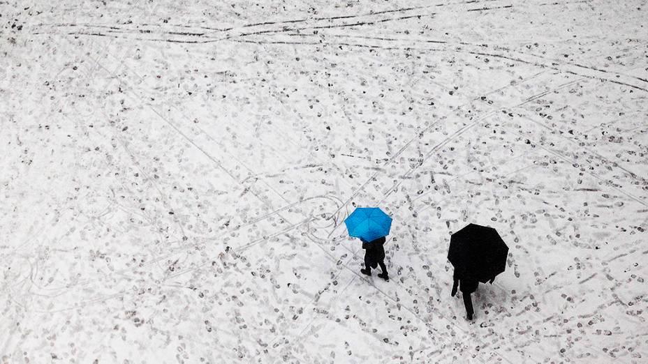 Pedestres atravessam a Broadway, na Times Square durante nevasca em Nova York