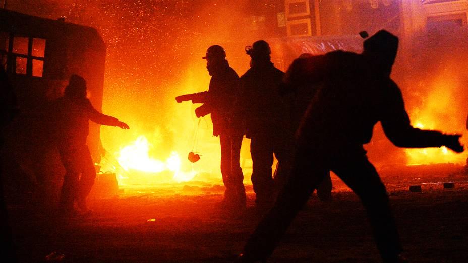 Manifestantes e policiais entram em confronto na madrugada desta terça-feira (21) em Kiev (Ucrânia)