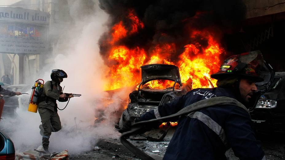 Bombeiros tentam apagar fogo após uma explosão que atingiu nesta terça-feira (21) o bairro de Haret Hreik, um dos redutos do grupo xiita Hezbollah em Beirute, capital do Líbano