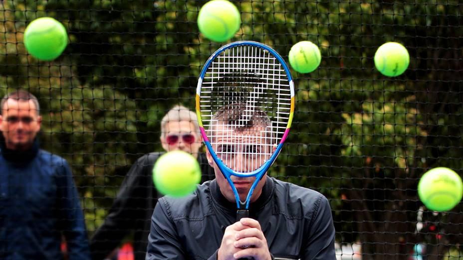 O cantor britânico Liam Gallagher brinca com raquete de tênis nos bastidores do Aberto da Austrália, em Melbourne, nesta terça-feira (21)