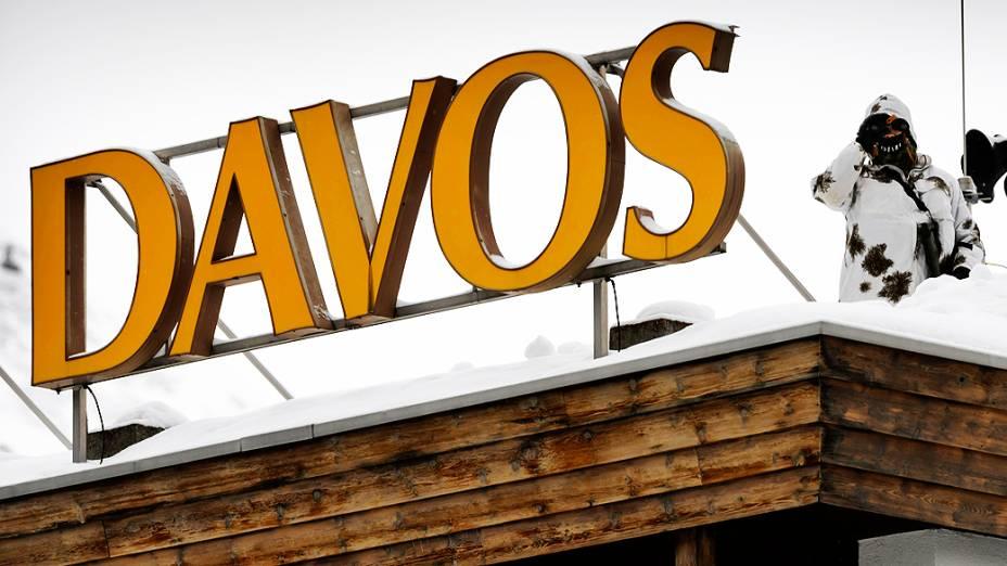 Agente da polícia suíça observa o Centro de Congressos onde será realizado o Fórum Econômico Mundial em Davos, na Suíça, que começa nessa quarta-feira (22)