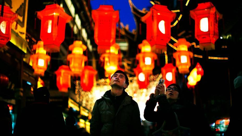 Casal admira lanternas chinesas em Yuyuan Garden, no centro de Xangai, que foram feitas em comemoração ao Ano Novo Chinês, que acontece em 31 de janeiro