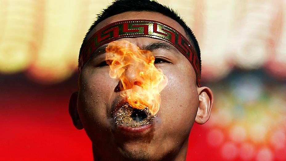 Homem faz apresentação em comemoração ao Ano-Novo Chinês no parque Ditan , em Pequim, na China