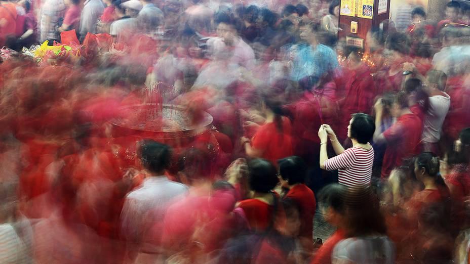 Devotos fazem orações no templo Guan Seng para marcar o início do Ano Novo Lunar do Cavalo em Manila, nas Filipinas