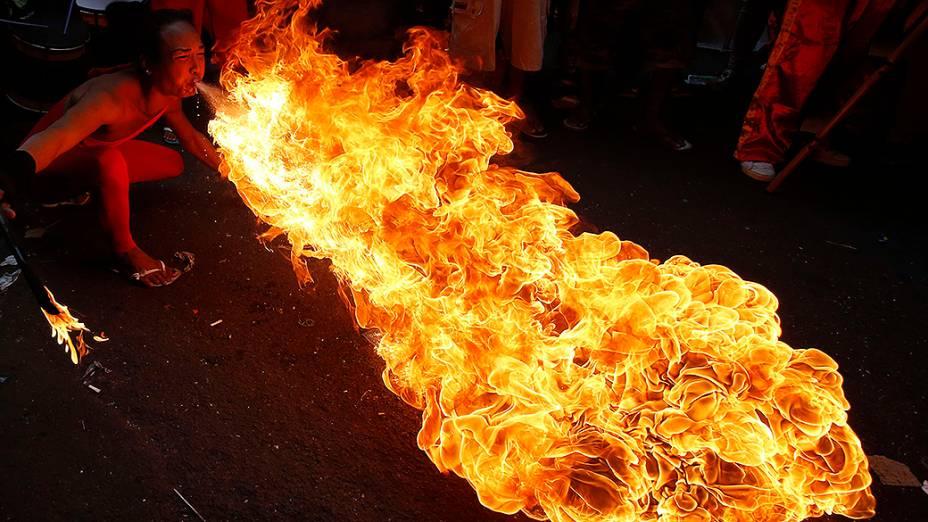 Homem cospe fogo durante a celebração do Ano Novo chinês na Chinatown de Manila, nas Filipinas
