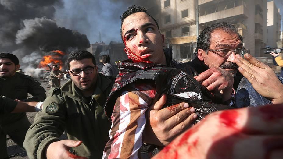 Homem ferido é carregado do local de uma explosão, no subúrbio de Beir Hassan, em Beirute, no Líbano