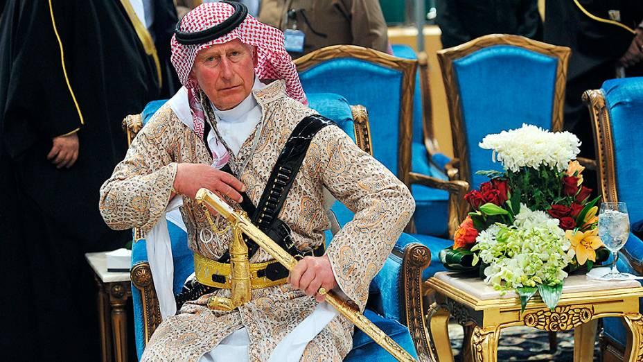 Príncipe Charles participou, em visita à família real da Arábia Saudita, da tradicional dança da espada, conhecida como Arda em visita a Riad, nesta quarta-feira (19)