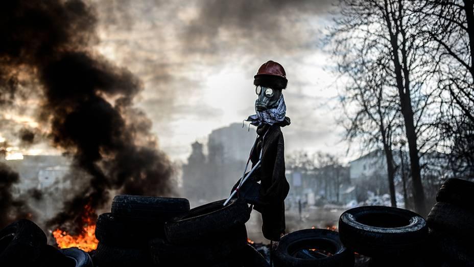 Manifestantes montam espantalho em uma barricada durante protestos contra o governo em Kiev, na Ucrânia