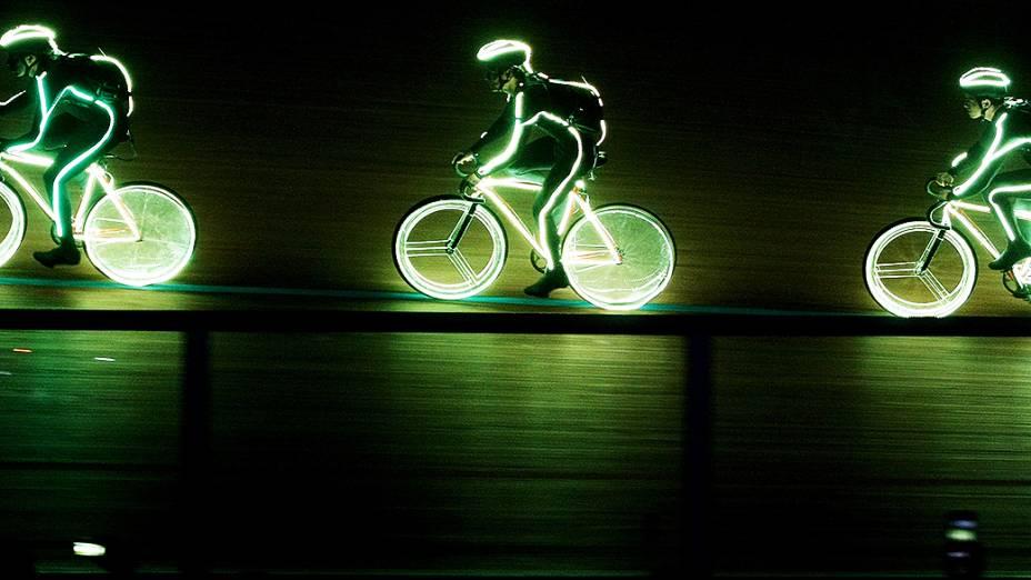 Ciclistas participam da abertura do Campeonato Mundial de Ciclismo de Pista em Cali, na Colômbia