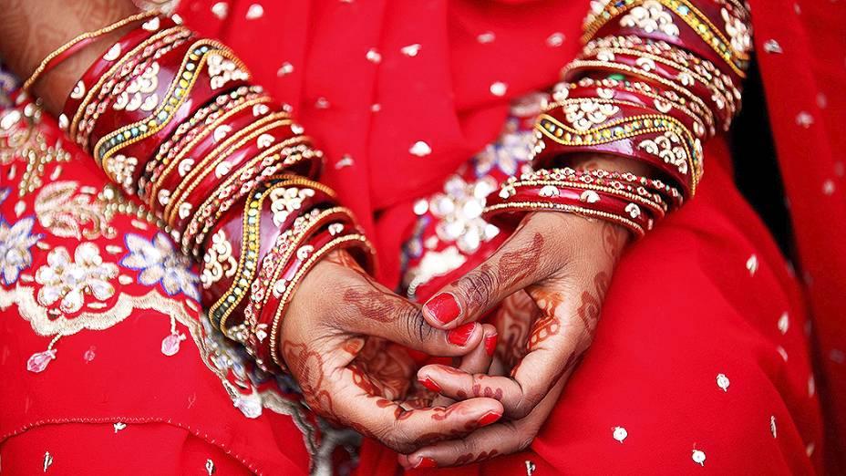 Mulher se prepara para uma cerimônia de casamento coletivo em Nova Délhi, na Índia