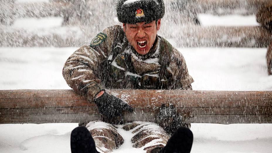 Soldados participam de treinamento na neve na província de Heilongjiang, na China