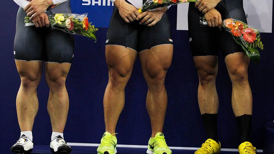 As pernas dos atletas da equipe alemã de sprint durante cerimônia de premiação no Campeonato Mundial de Ciclismo em Cali, na Colômbia