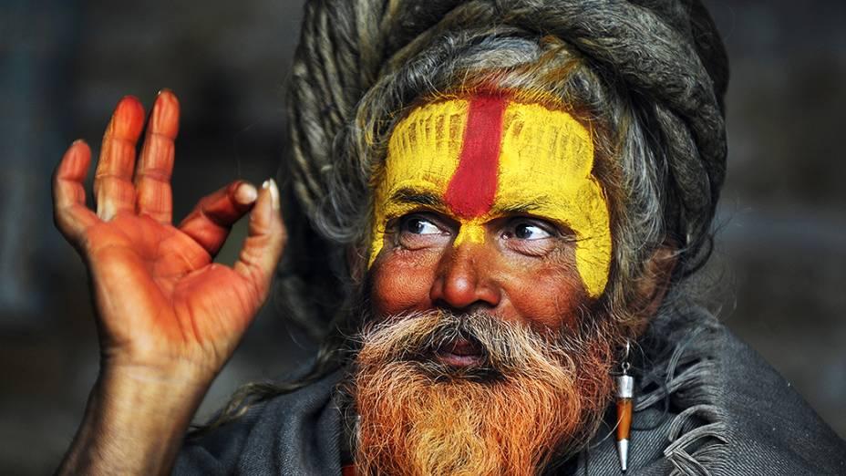 Um Sadhu, homem santo para os hindus, posa para uma fotografia durante o festival Maha Shivaratri no templo de Pashupatinath, em Katmandu, no Nepal