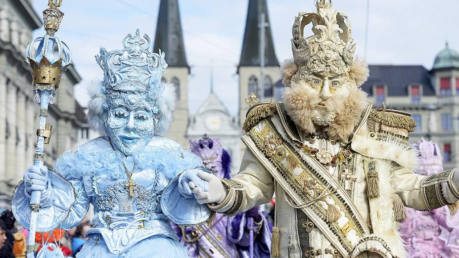 Casal de mascarados participam da abertura dos desfiles de carnaval nas ruas de Lucerna, na Suíça