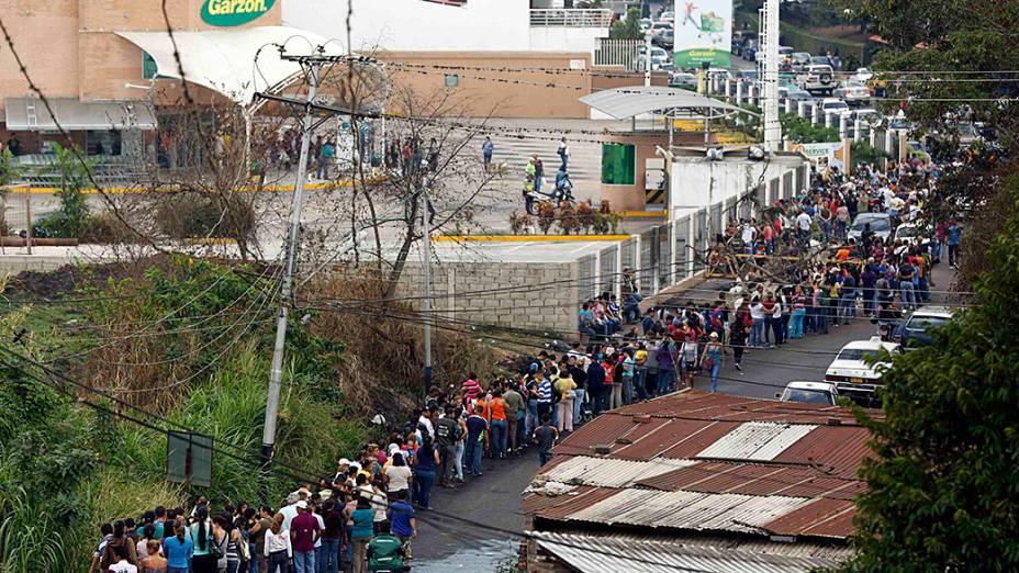 Pessoas fazem fila para comprar comida em um supermercado de San Cristobal, sudoeste de Caracas, na Venezuela