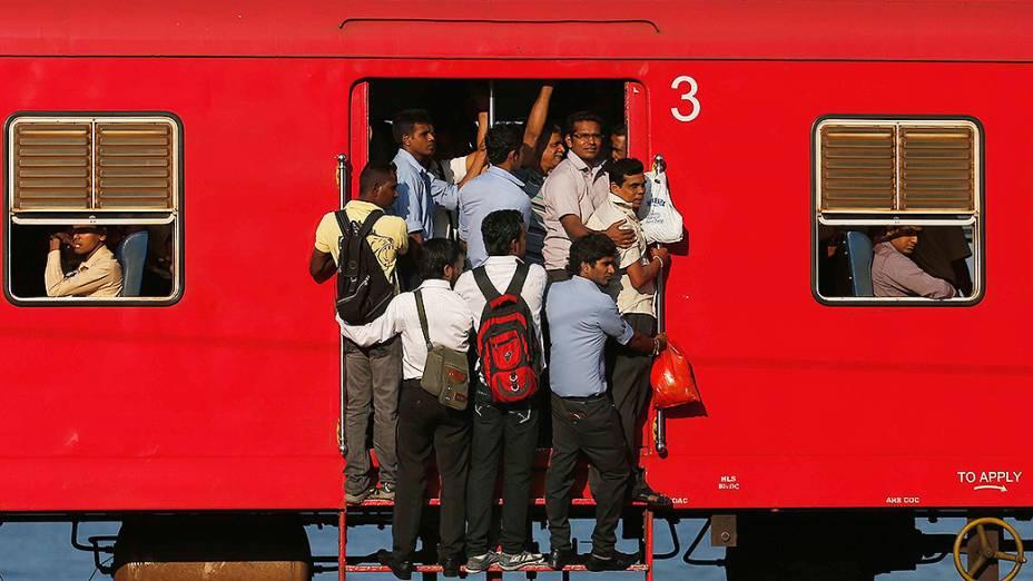 Passageiros em um trem lotado em Colombo, no Sri Lanka