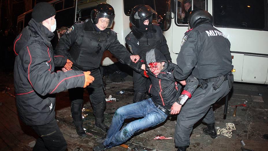 Policiais socorreram um homem ferido durante confrontos entre ativistas pró-Rússia e pró-Ucrânia em um comício na cidade ucraniana de Donetsk